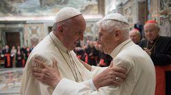 Papa paralelo? Bento 16 aparece com papa Francisco no