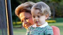 Ao lado do neto, Dilma faz homenagem ao Dia dos