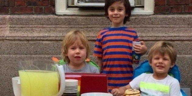 Estes 3 garotos venderam limonada na Parada LGBT de Nova York para ajudar as vítimas do massacre