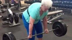UAU! Ela tem 78 anos e levanta 102 kg numa tranquila, numa