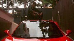 Suspeito de sonegar impostos, Neymar ostenta Ferrari vermelha no