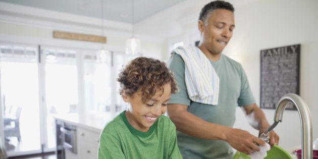 Lavar louça ajuda a combater o estresse, aponta