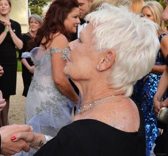 Aos 81 anos, Judi Dench faz sua primeira tatuagem: um CARPE DIEM no