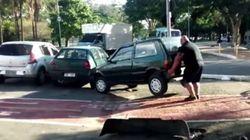 ASSISTA: Homem levanta carro estacionado em ciclovia de SP com as próprias