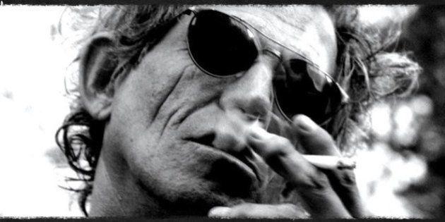 Aos 71, Keith Richards diz que ainda fuma maconha logo pela