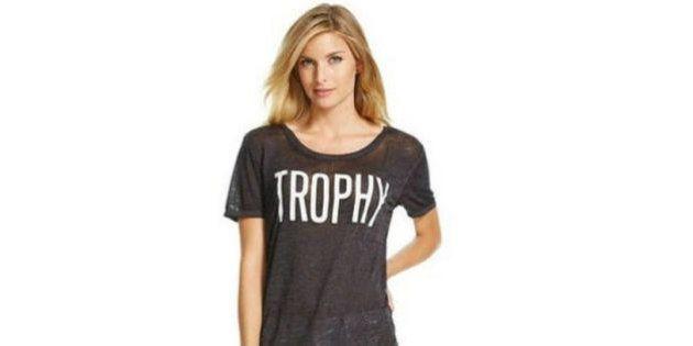Marca causa polêmica com camiseta de 'troféu' para