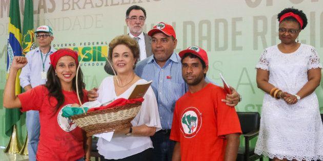Diante de Dilma, MST e Contag prometem resistência até 'enterrar' o