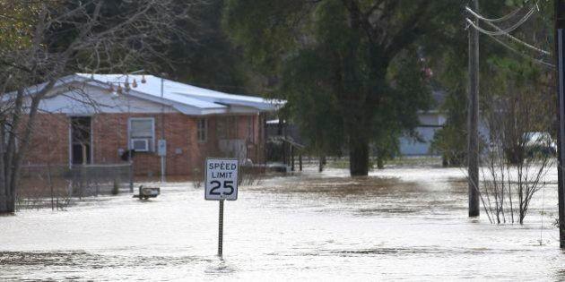 Tornados e enchentes deixam 8 mortos em Dallas; Total de vítimas chega a 26 nos