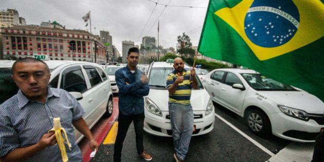 Contra regulamentação do Uber, taxistas bloqueiam Viaduto do Chá em São
