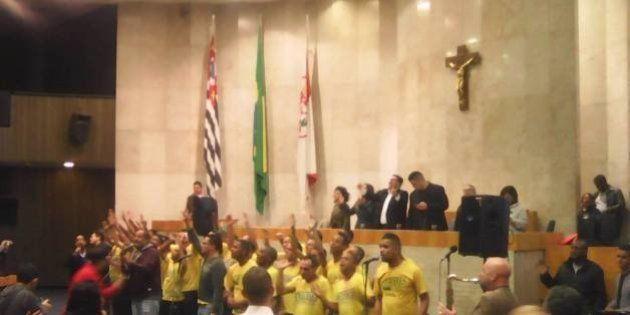 Vereadores transformam Câmara de São Paulo em 'templo' toda