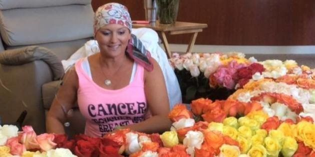 Em seu último dia de quimioterapia, ela recebeu 500 flores do