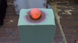Veja o que acontece quando uma esfera de metal quente é posta sobre uma espuma
