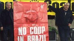 Torcedores do Liverpool defendem Dilma em jogo da Liga