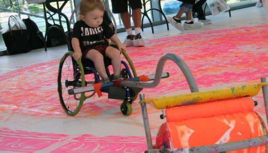 Artista cria peças para crianças com deficiência pintarem e