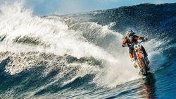 ASSISTA: Dublê australiano usa motocicleta para surfar em praia
