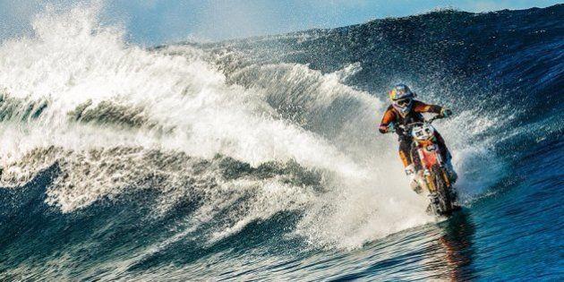 Dublê australiano usa motocicleta para surfar em praia paradisíaca