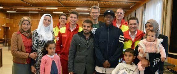 David Alaba, do Bayern de Munique, doa camisetas, bolas e calçados para crianças