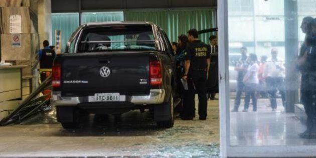 Caminhonete invade Ministério da Fazenda e Polícia Federal faz perícia no