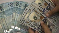 Após ações chinesas despencarem, dólar salta quase 3% e fecha acima de R$