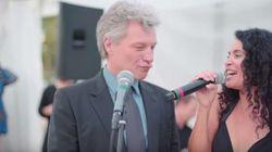 Grisalho e encabulado, Bon Jovi canta 'Livin' on a Prayer' em