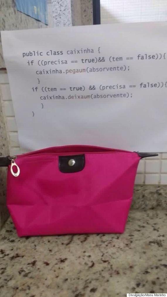 Estudantes disponibilizam caixinhas com absorventes em banheiros femininos de universidades pelo