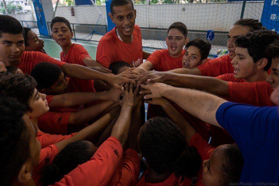 A NBA subiu o morro na cidade olímpica: É bola na cesta e a Rocinha no