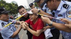 FOTOS: Parentes de vítimas do voo da Malaysia tentam invadir