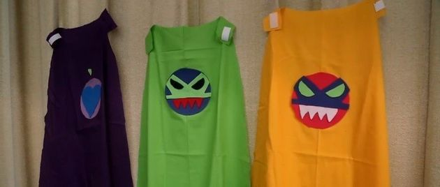 Alunos fazem capas de super-heróis para crianças que vivem em