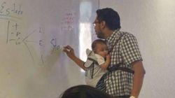 LIÇÃO! Professor segura bebê para que aluna assista a aula no