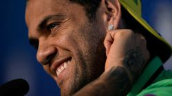 Daniel Alves vai ao 'Bola de Ouro' vestindo terno com folhas de