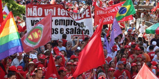 'Não vai ter golpe': Manifestantes acompanham impeachment em clima tenso e comemoram votos