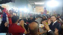ASSISTA: Noivos convidam 200 refugiados para festa de casamento ❤