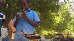 Menino somali que constrói os próprios brinquedos terá agora a chance de estudar
