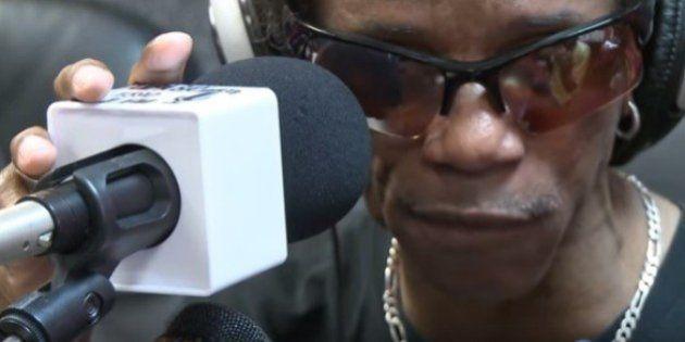 Músico cego da Flórida ganha dinheiro tocando na rua. Depois doa para quem