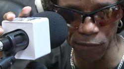 Este músico cego ganha dinheiro tocando na rua. Depois doa para quem