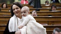 Deputada é criticada por levar bebê e amamentá-lo no Congresso da