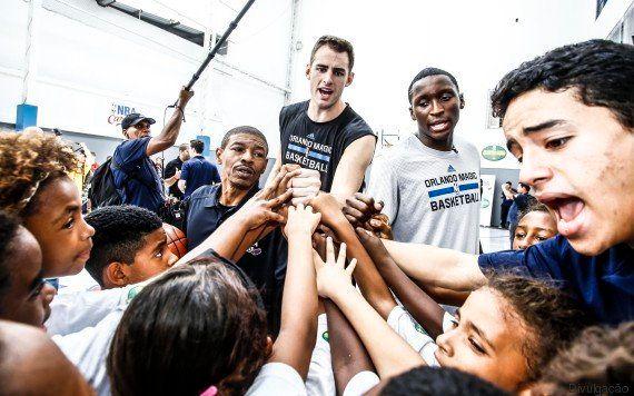NBA reforma quadra de escola no Rio de Janeiro e atletas dão aula para