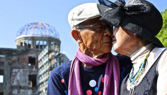 Beija eu! Fotógrafo documenta beijos em lugares públicos ao redor do
