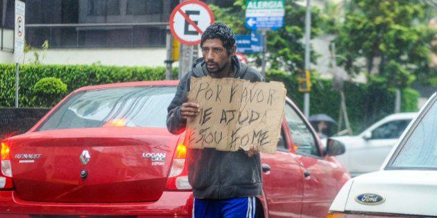 'Consultório na Rua' leva assistência médica a quem mora nas vias públicas do