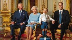 Rainha Elizabeth lança foto comemorativa de 90 anos... E adivinha quem rouba a