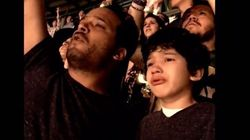 Pai filma filho autista se emocionando com sua música favorita em um show do