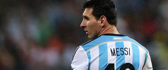 Menino transforma saco plástico em camisa de Messi. E o melhor do mundo quer descobrir quem é seu