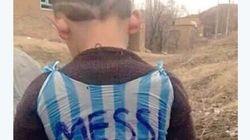 Menino transforma saco plástico em camisa de Messi. Jogador quer