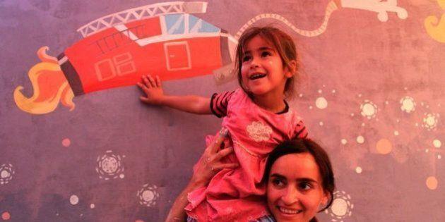 Diala Brisly, a artista que encanta as crianças nos campos de refugiados na