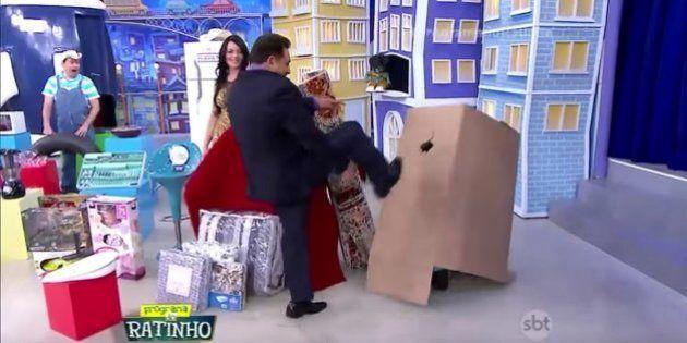 Ratinho chuta assistente de palco e depois ameaça demiti-la. Tudo 'de