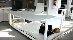 Esta mesa vira uma cama para você tirar sonecas no