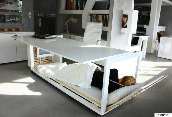 Mesa de trabalho se converte em cama para que você possa tirar uma soneca no