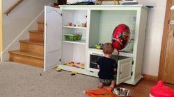 Pai dá minicozinha de presente para filho de 2 anos e detona comentários