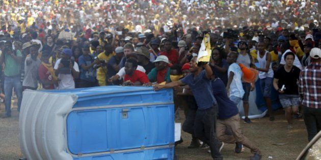 Sul-africanos tomam as ruas contra altos custos na educação; Protesto de estudantes é