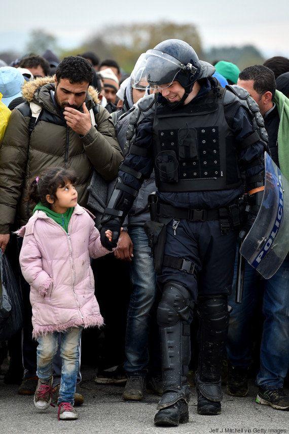 De mãos dadas, policial atravessa fronteira com criança